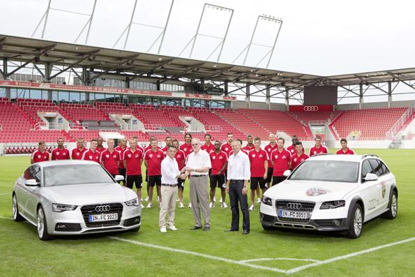 Dr. Frank Dreves (Audi) übergibt die Autos an Trainer Tomas Oral und Geschäftsführer Harald Gärtner