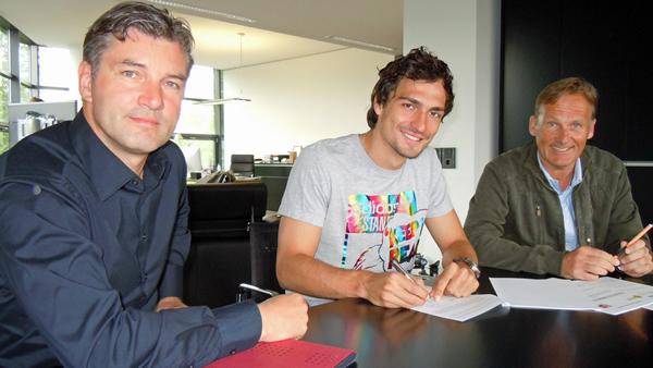 Im Beisein von Hans-Joachim Watzke (rechts) und Michael Zorc (links) unterschreibt Mats Hummels am Sonntagmittag in Dortmund seinen neuen BVB-Arbeitsvertrag.