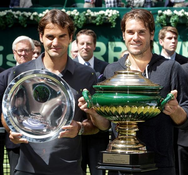 Tommy Haas (rechts) entzaubert den Grand-Slam-Rekordsieger Roger Federer im Endspiel der 20. GERRY WEBER OPEN in HalleWestfalen. © GERRY WEBER OPEN (HalleWestfalen)